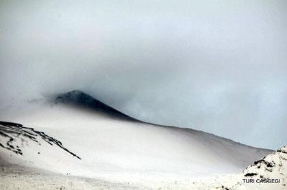 Lo strato di materiale piroclastico sul fianco N-NE del NEC. Foto ripresa da Turi Caggegi