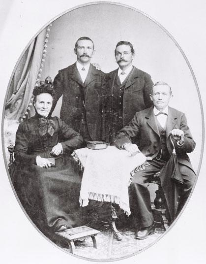 Familie Coelestin und Katharina Walde-Keller mit den Söhnen Hans (links) und Gottlieb (Atelier-Fotografie von Carl Gerspach, Säckingen, um 1900)