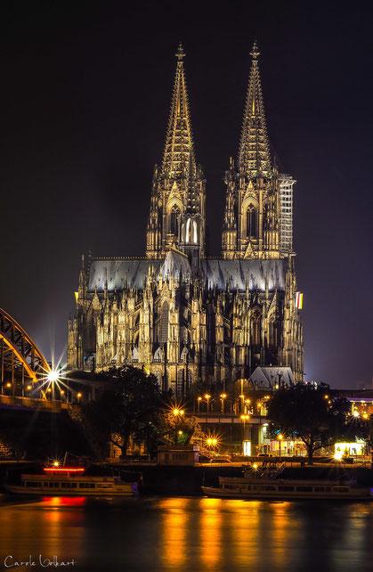 eine Nachtaufnahme des Kölner Doms