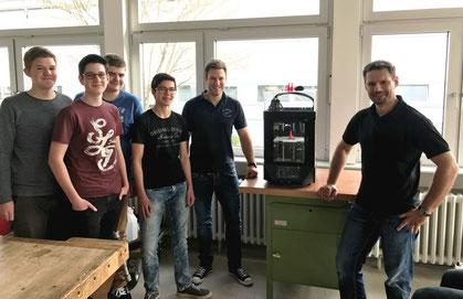 (v.l. nach rechts) Technikschüler der Klasse 10b Jonas Braun, Pascal Lang, Eric Hefner, Christoph Kübler mit den beiden Techniklehrern Andreas Kaulbersch und Florian Nuber