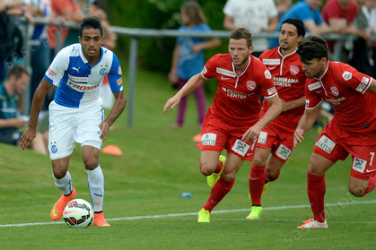 Mahmoud Kahraba (L, GCZ) gegen die Thuner Stefan Glarner (Thun) und Nelson Ferreira (Thun) und Gianluca Frontino (Thun)
