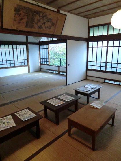 ●講習所だった当時の雰囲気がそのまま残る和室。窓からは庭の紅葉も楽しめます