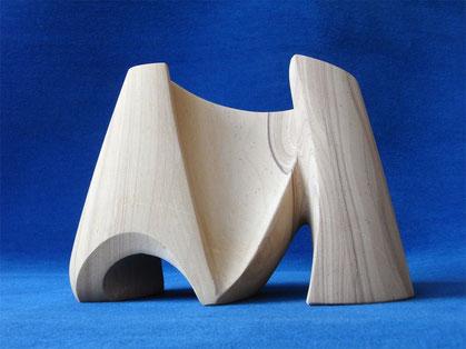 Buchstabenskulptur aus Sandstein. Der Buchstabe M als Skulptur aus Sandstein.