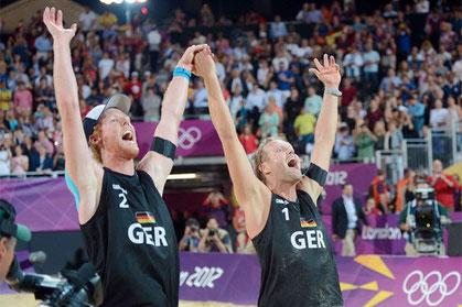 Gold für Julius Brink / Jonas Reckermann; in einem dramatischen Finale auf der Horse Guards Parade schlagen sie Alison/Emanuel (BRA) mit 23:21, 16:21 und 16:14 und holen den ersten Olympiasieg für deutsche Volleyballer