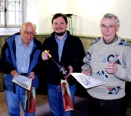 Treue Mitglieder: Günther Gräfe (links) und Rudi Schüssler (rechts) wurden an der Mitgliederversammlung für 25 Jahre Vereinstreue ausgezeichnet. Andreas Rügner nahm die Ehrung vor. Heinrich Pitz ist so gar 50 Jahre dabei, er war verhindert.