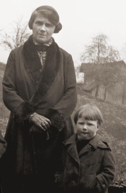 Erna Heinen-Steinhoff und Sohn Hans-Theo Heinen um 1925 beim Spazieren im Bergischen Land
