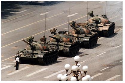 天安門事件、戦車の前に立つ市民。