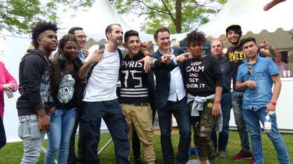 Auf dem Sommerfest der Landesvertretung Niedersachsen am 20. Juni 2016 mit Jugendlichen: Der Maler und Künstler Christian Awe (Sechster von links) und der Rapper Spax (Vierter von links). Bildrechte bei der Vertretung des Landes Niedersachsen beim Bund