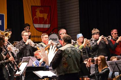 Auf dem Bild zu sehen das Jugendblasorchester, beim Spielen des Rock Medleys