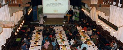 """TeilnehmerInnen der Tagung """"Natur & Medien"""" im Rittersaal der Burg Schwaneck. Foto: Naturerlebniszentrum.org"""