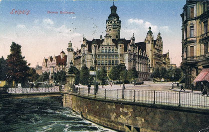 """Der Pleißemühlgraben am Neuen Rathaus, 1912: Wegen """"Geruchsbelästigung"""" wurden große Teile des Mühlgrabens ab 1951 überwölbt."""