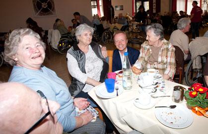 Der Bundestagsabgeordnete Jan Metzler ist an den Tischen der Bewohner ein gern gesehener Gast. Foto: CDU