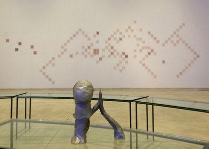 Testa e (sullo sfondo) ricami in rame e nylon di Marisa Merz, tavolini di Mario Merz.