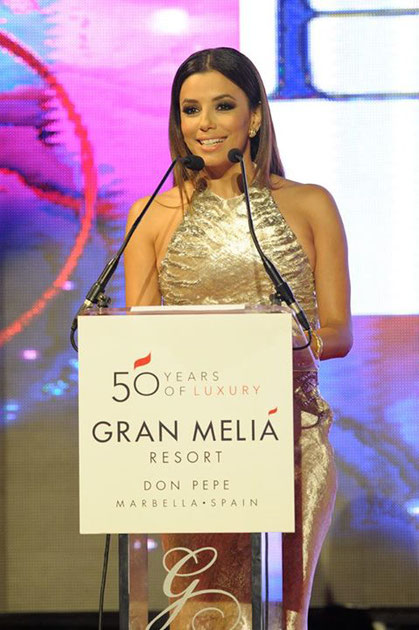 Eva Longoria au micro avant la performance live du peintre erik black à Marbella