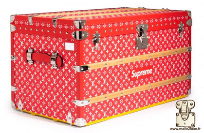 Louis Vuitton courier trunk - Supreme Year: 2017 Exterior: LV Supreme Canvas  Hardware: nickel-plated aluminum Trim: Leather Dimensions: 90 cm x 51 cm x 48 cm Record sold at Christie's in 2017