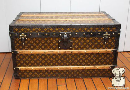 Louis Vuitton Courier trunk - LV  Year: 1915 Exterior: LV stencil Mark 2 canvas Border and corners: lacquered steel