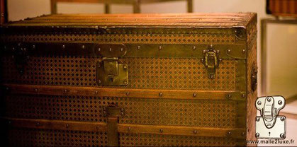 Louis Vuitton Courier Trunk - Canned Year: 1889 Exterior: caned canvas Border and corner: Moorish lacquered steel Style effect there is only one to our knowledge.