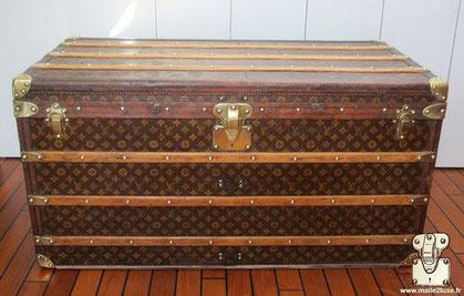 Louis Vuitton Courier trunk - LV Year: 1908 Exterior: Mark 1 stenciled LV canvas Trim: Leather Dimensions: 110 cm x 56 cm x 56 cm