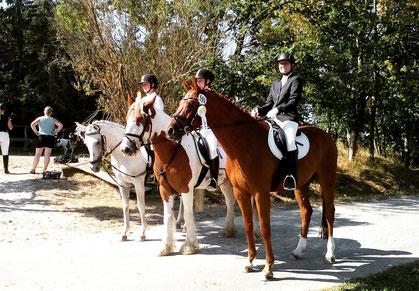 erfolgreiche Teilnehmer im Reiterwettbewerb, Anne Brandt mit Mira, Emily Fuchsberger mit Sir Brady und Jenny Schulze mit Warengo (vl)
