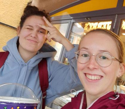 Johanna und Hannah beim Süßigkeiteneinkaufen