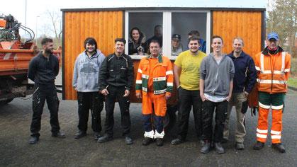 """Mustafa Kaval und Mike-Michael Bettin vom stätischen Bauhof holten den sanierten Bauwagen von der Jugendwerkstatt """"Komm"""" ab."""
