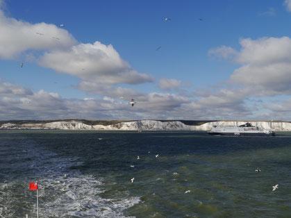 Blick zurück auf die Kreidefelsen von Dover