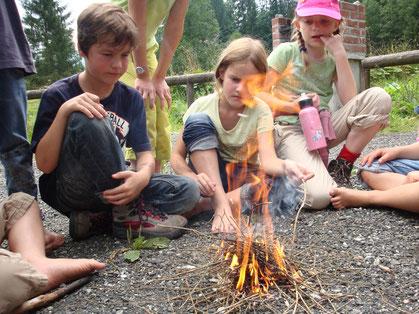 Gemeinsam ein Feuer entfachen