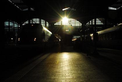 Dunker Bahnhof im Gegenlich mit zwei Zügen
