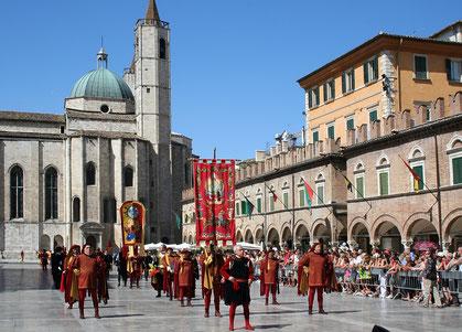 L'imponente corteo storico della Quintana si snoda per le piazze e le vie del centro storico di Ascoli