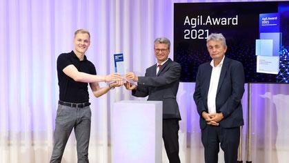 Bei der Preisverleihung - Felix Volkmann, SAP UI5 Developer SWAN GmbH, Bernd Sibler, Bayerisches Staatsministerium für Wissenschaft und Kunst, Bertram Brossardt, Hauptgeschäftsführer bayme vbm (v.l.n.r.). (Quelle: bayme vbm )
