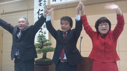 写真左から、大西おさむ大田市議、仁比聡平参院議員、福田かよ子大田市議