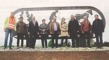 Es freuen sich über das gelungene Kunstwerk (von links): Thomas Schwarz, Günther Britzl, Bürgermeister Franz Schedlbauer, Anneliese, Konrad und Carmen Schnupp, Landrat Josef Laumer, Markus Fischer und Richard Krammer.