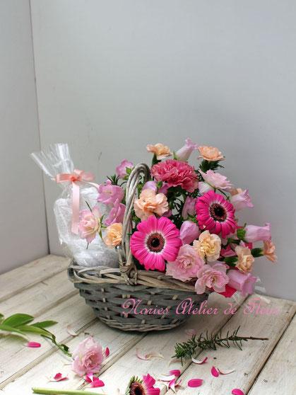 プレゼントの品物にお花を添えて