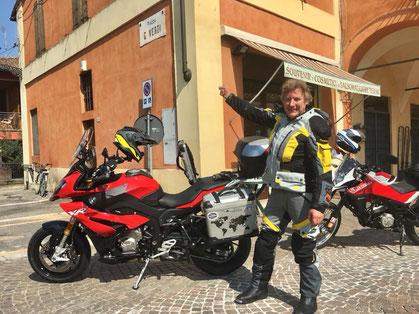 Rote Motorräder auf der Piazza G. Verdi