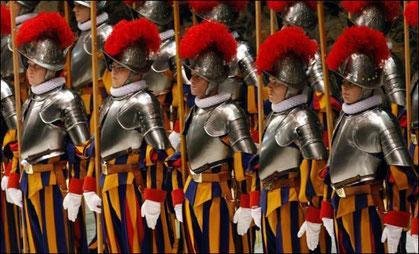 Outre leur tenue d'apparat, les gardes suisses sont souvent vêtus en civils lors des déplacements du Pape