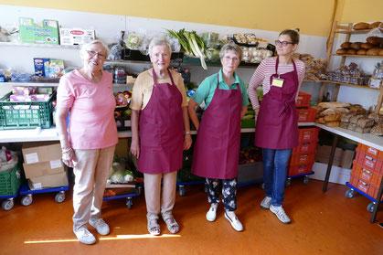 Einige der ehrenamtlichen Helferinnen der Soltauer Tafel vor dem reichhaltigen Angebot.