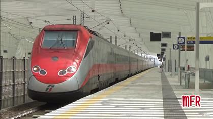 Un ETR 500 Frecciarossa parte da Reggio Emilia Av Mediopadana diretto a Torino.
