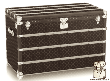 Series of flat-top trunks with functionality similar to the mail trunk.    It is the trunk to be placed horizontally, the largest in the Louis Vuitton range. Interior with several removable frames. It has 3 or 4 wooden slats on the front. Standard dimensi