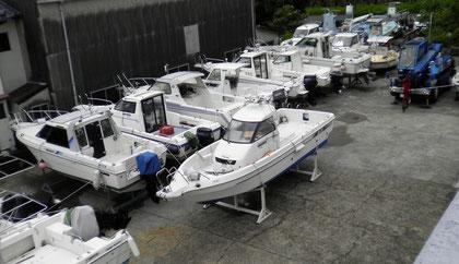 清掃やメンテナンスでお預かりする船も多いです。クレーンも完備し、体制は万全です。