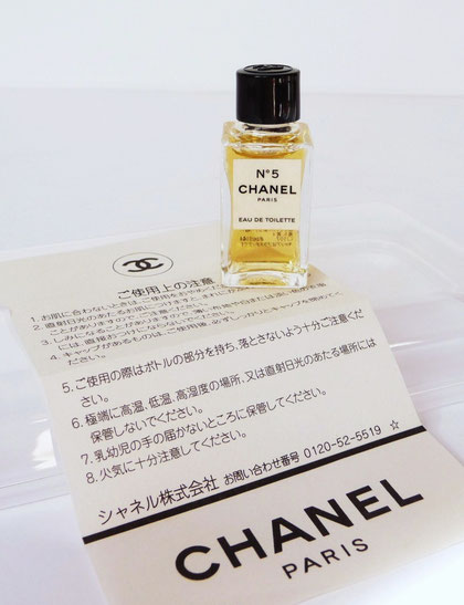 MINIATURE N° 5 - EAU DE TOILETTE AVEC NOTICE ECRITE EN JAPONAIS OU CHINOIS