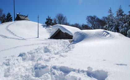 山頂のようす(一番手前の鳥居が雪に埋まっているのから積雪のすごさを想像下さい。これでも相当減ったそうです)