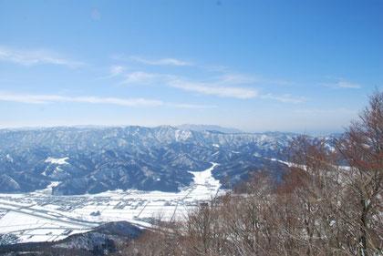 西側の風景(ホノケ山、敦賀半島、若狭湾とその先には)