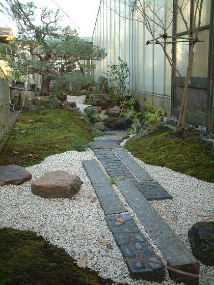 イギリスに作った和風庭園。石貼りのときにオリジナルで作成した目地ゴテが活躍した。