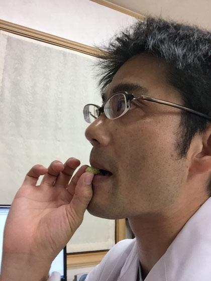 白い桑の実を食す柴垣 どんどん実験的に食べる 楽しい実験だなあ