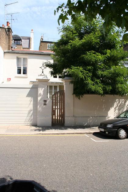 こちらはロンドン・ノッティングヒルで見つけた木製門扉 この門周りのバランスは素晴らしい。相当なデザイン使いです。