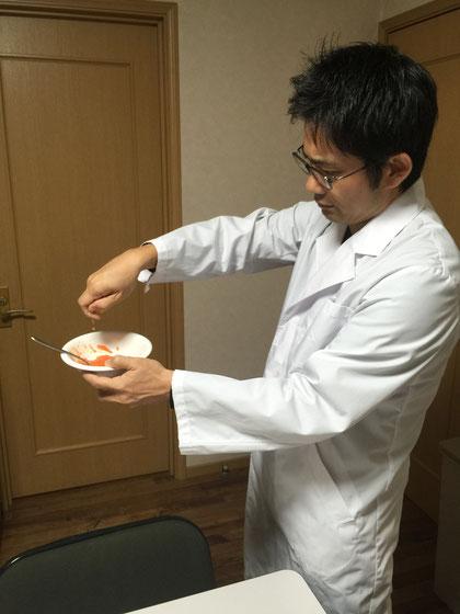 ミカンを3袋くらいつぶしてミカン汁をヤマボウシペーストに投入するガーデンドクター柴ちゃん。