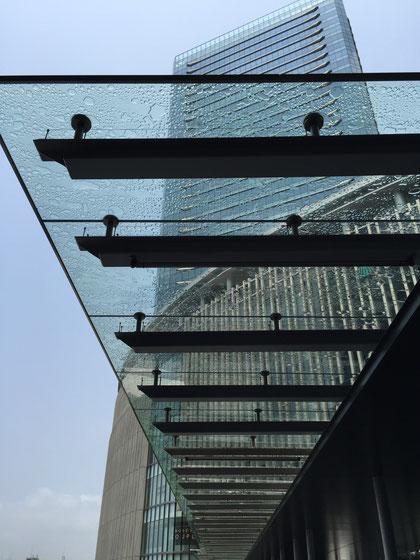 グランフロントへ続いていくガラスの屋根。こういうカーポートがあったら素敵だろうな!