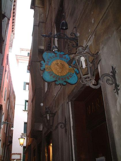 ベネチアで見つけたアイアン製のライト 素敵な看板があれば 灯具のガラスなんてもういらない