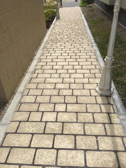 スタンプコンクリートで仕上げられていた歩道。