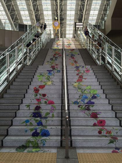 床の花が大阪駅へ続く階段まで上がっていきます。無地の床よりお花があったほうがうきうきしますね!